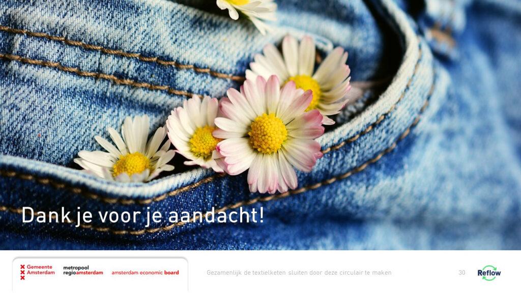 Spijkerbroek met bloemetjes uit de broekzak, beeld voor een circulaire textielketen